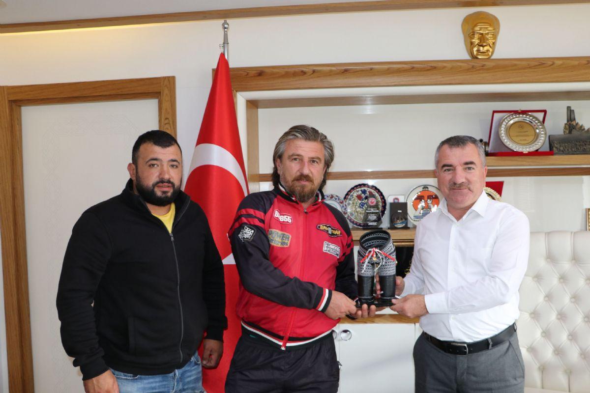Genç Pehlivan Havza Belediye Başkan Özdemir'e Minyatür Kispet Hediye Etti